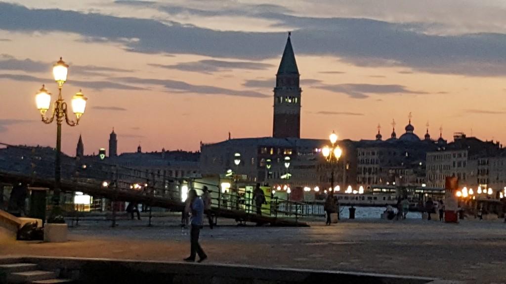 Tramonto dietro il campanile di San Marco